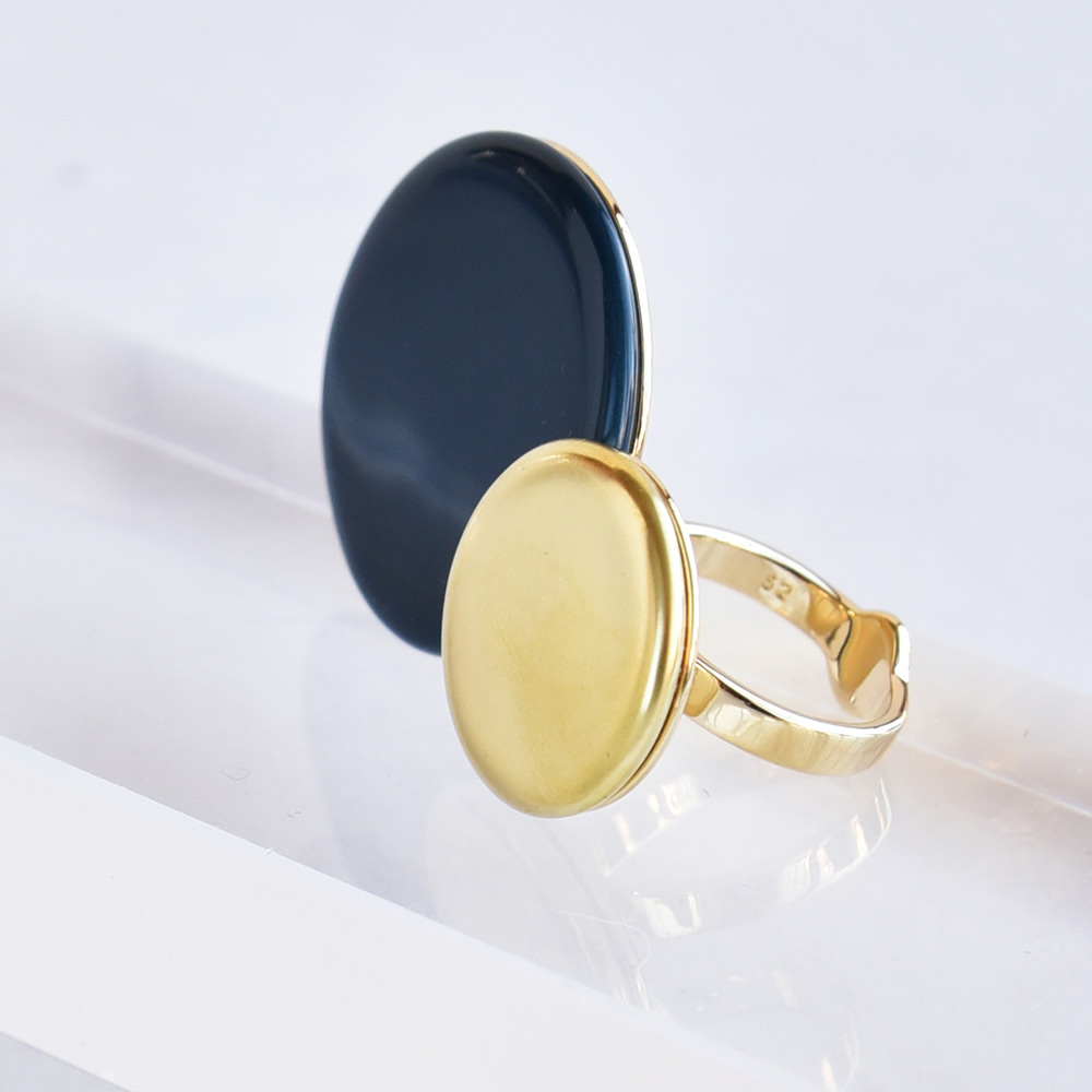 Bague Disque Bleu de Prusse en porcelaine de la collection Be Bold Over Bernardaud
