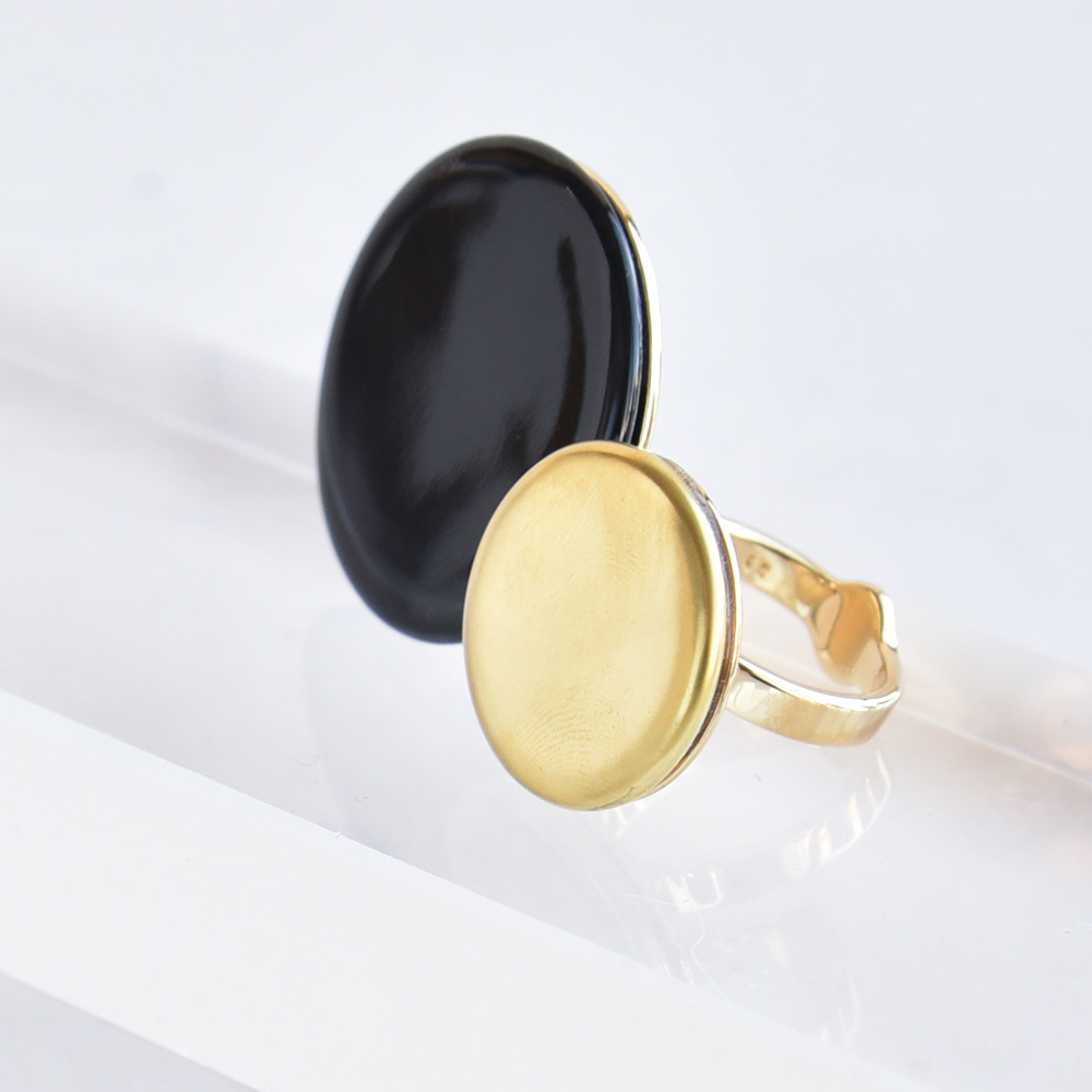 Bague Disque Noir en porcelaine de la collection Be Bold Over Bernardaud