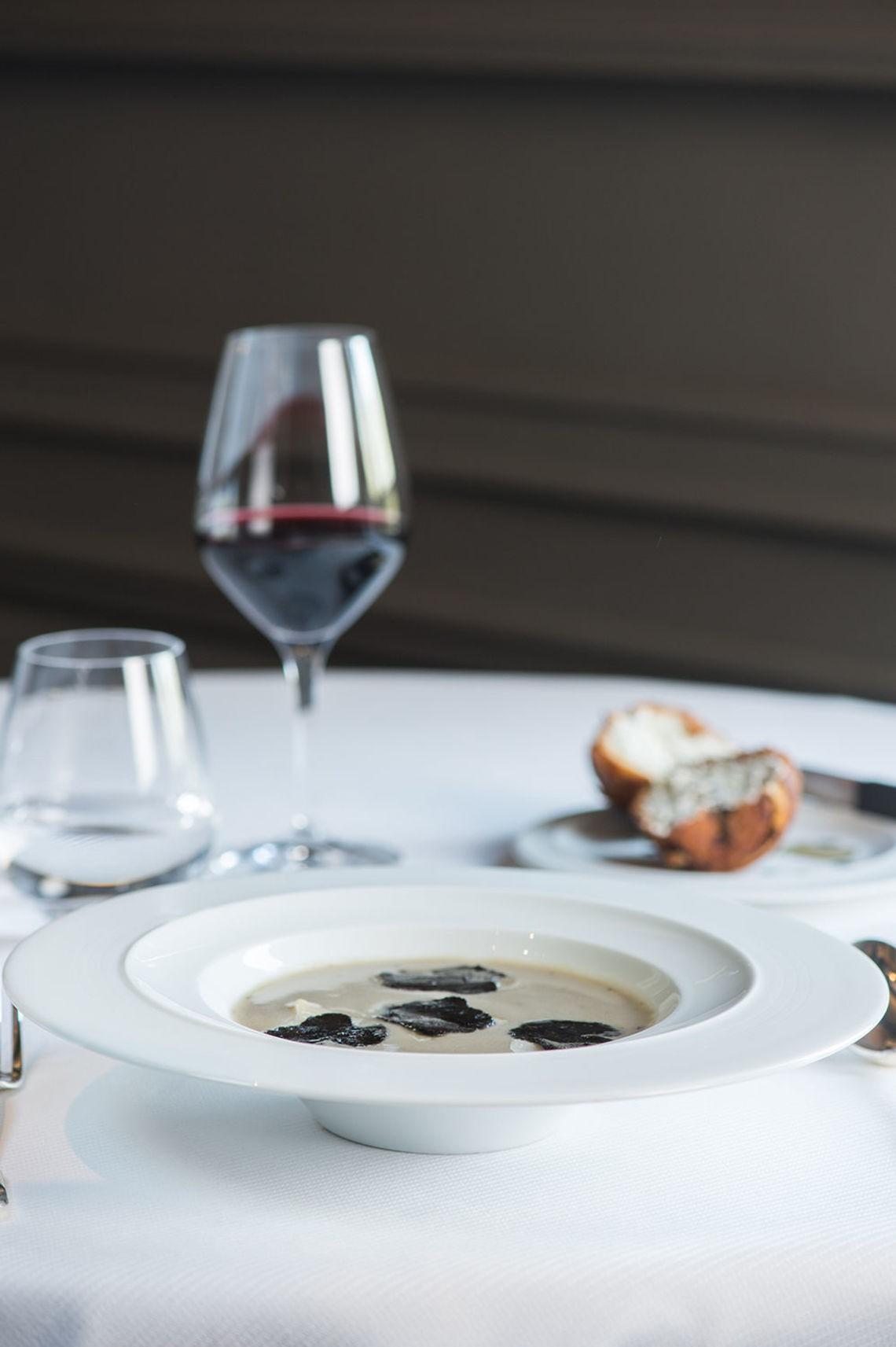 Soupe d'artichaut a la truffe noire  brioche feuilletee %28c%29 laurence mouton