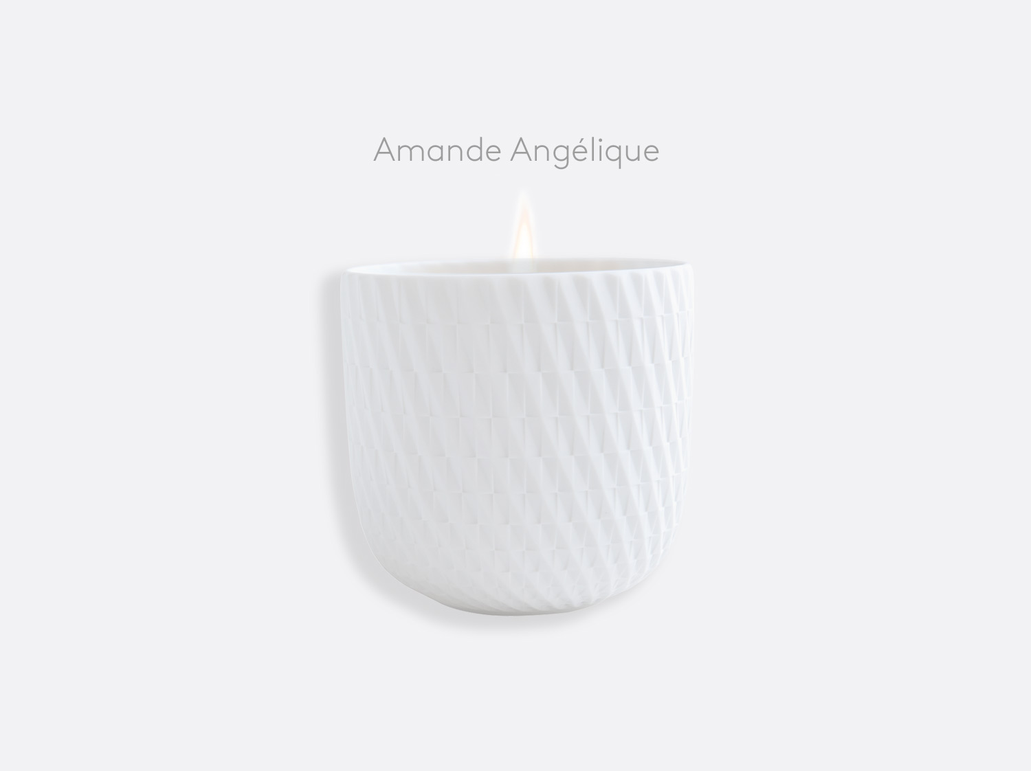 "Pot à bougie 200g rechargeable en biscuit gravé ""Amande Angélique"" en porcelaine de la collection TWIST Bernardaud"