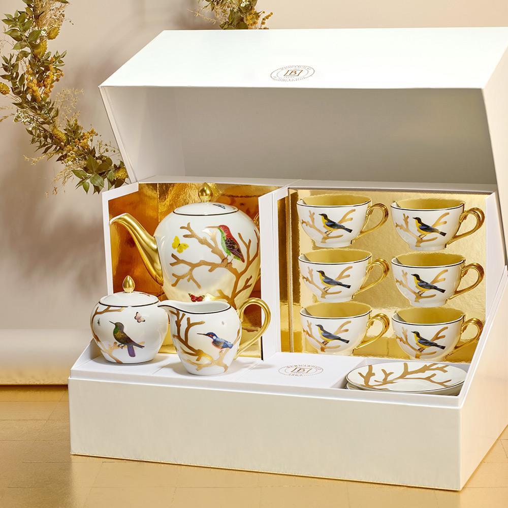 Grand coffret service à thé (théière, crémier, sucrier, 6 tasses et soucoupes thé) en porcelaine de la collection Aux oiseaux Bernardaud