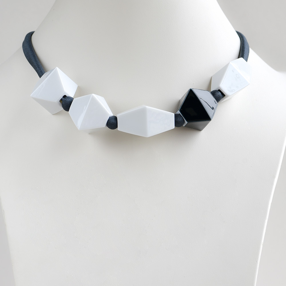 China Perles Blanc et Noir Choker of the collection Be Bold Over | Bernardaud