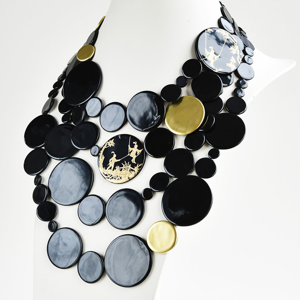 Grand Plastron Disque Noir et Or en porcelaine de la collection Be Bold Over Bernardaud