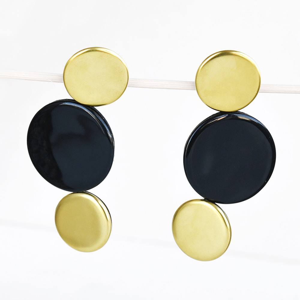 Boucles d'oreilles Disque Noir et Or en porcelaine de la collection Be Bold Over Bernardaud