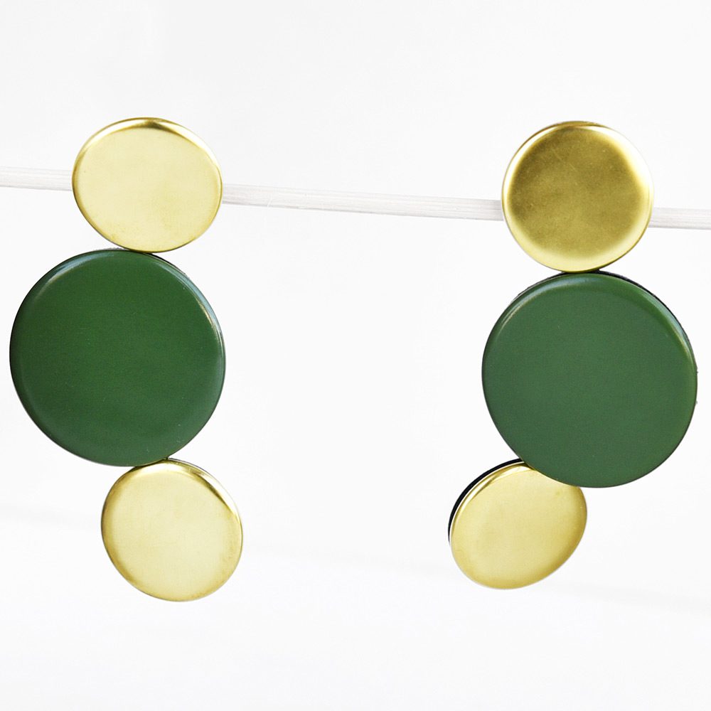 Boucles d'oreilles Disque Vert et Or en porcelaine de la collection Be Bold Over Bernardaud