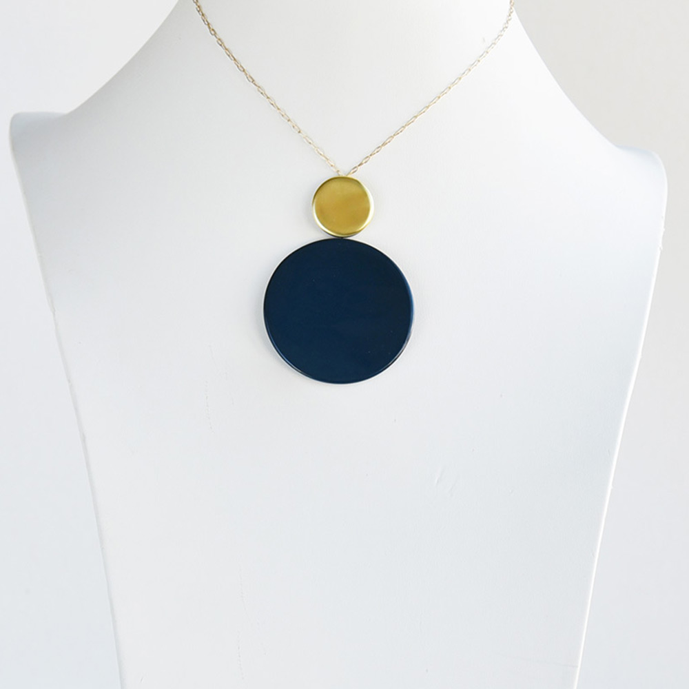 Pendentif court Disque Bleu de prusse en porcelaine de la collection Be Bold Over Bernardaud