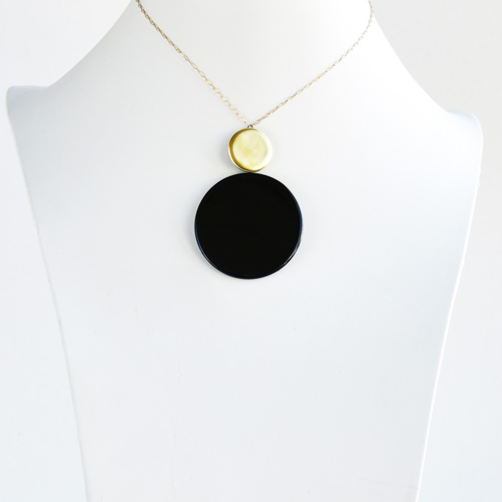 China Disque Noir Short Pendant of the collection Be Bold Over | Bernardaud