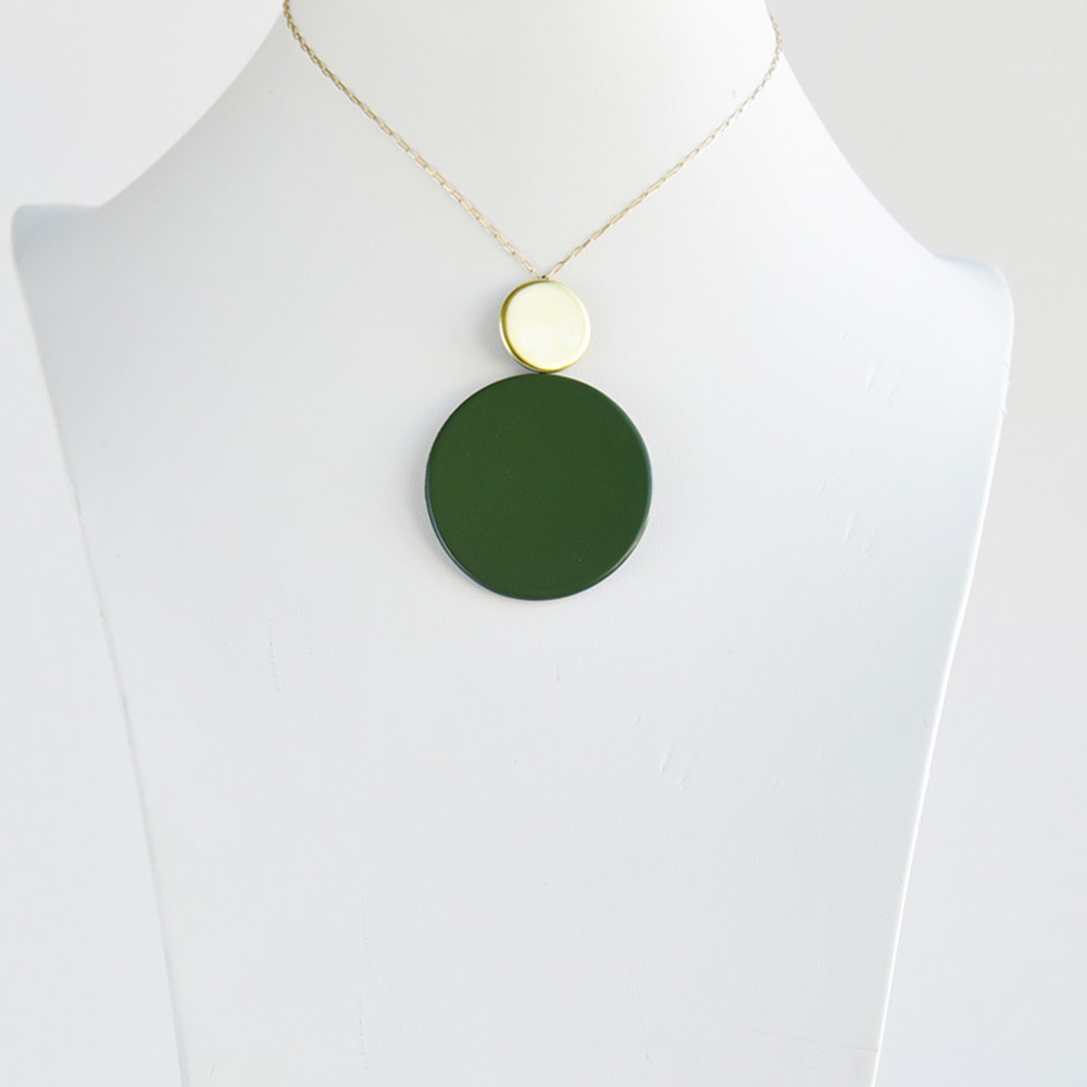 Pendentif court Disque Vert Mousse en porcelaine de la collection Be Bold Over Bernardaud