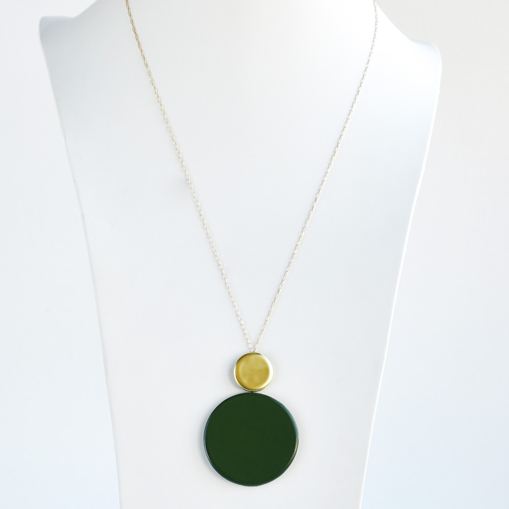 Pendentif Long Disque Vert Mousse en porcelaine de la collection Be Bold Over Bernardaud