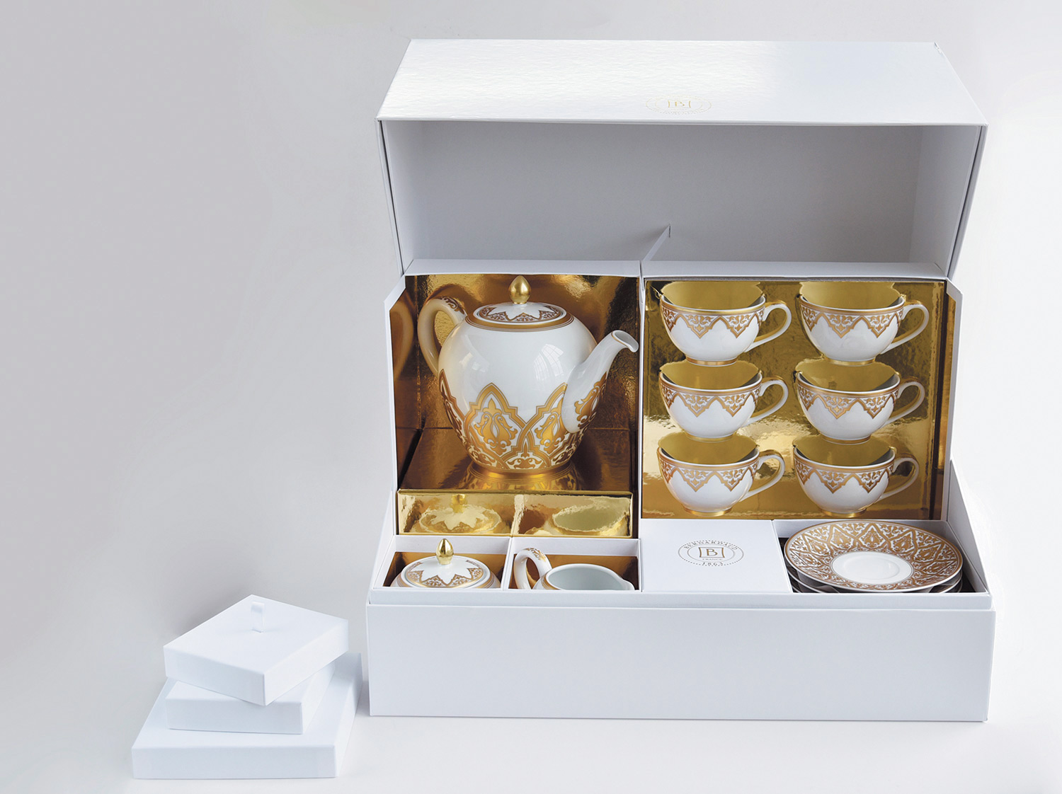 China Tea gift case (teapot, creamer, sugar bowl, 6 tea cups and saucers) of the collection Venise | Bernardaud