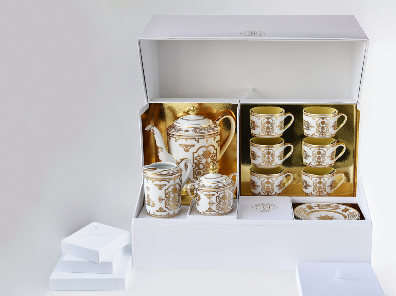 Grand coffret service à thé (théière, crémier, sucrier, 6 tasses et soucoupes thé) en porcelaine de la collection Aux Rois Or Bernardaud