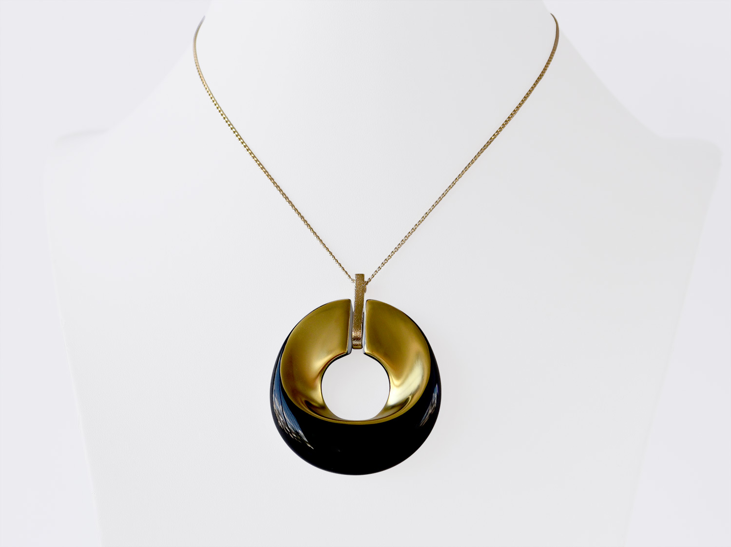 China Pendant of the collection ALBA NOIR ET OR | Bernardaud