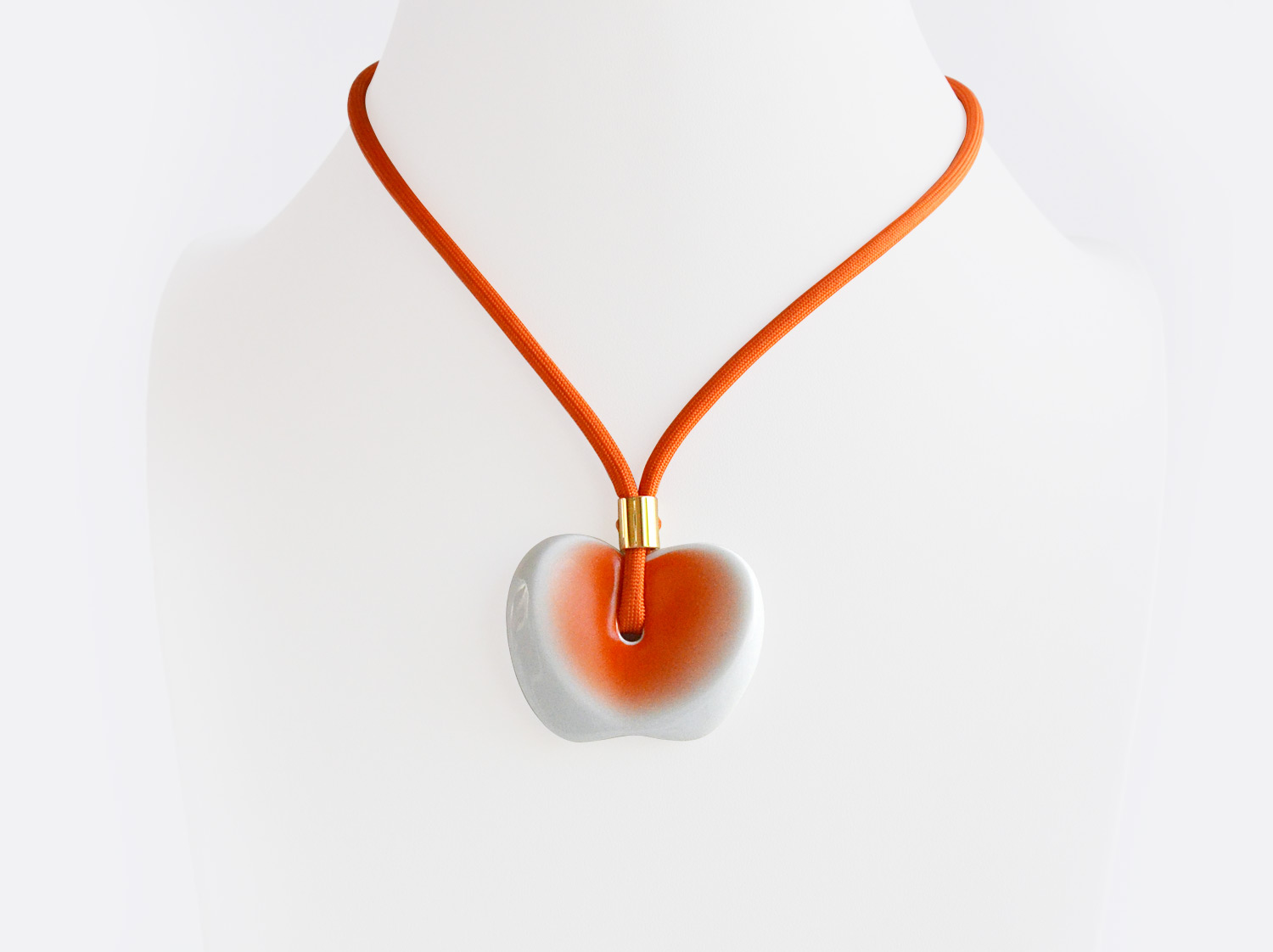 Pendentif Heva orange en porcelaine de la collection FIGURES Bernardaud