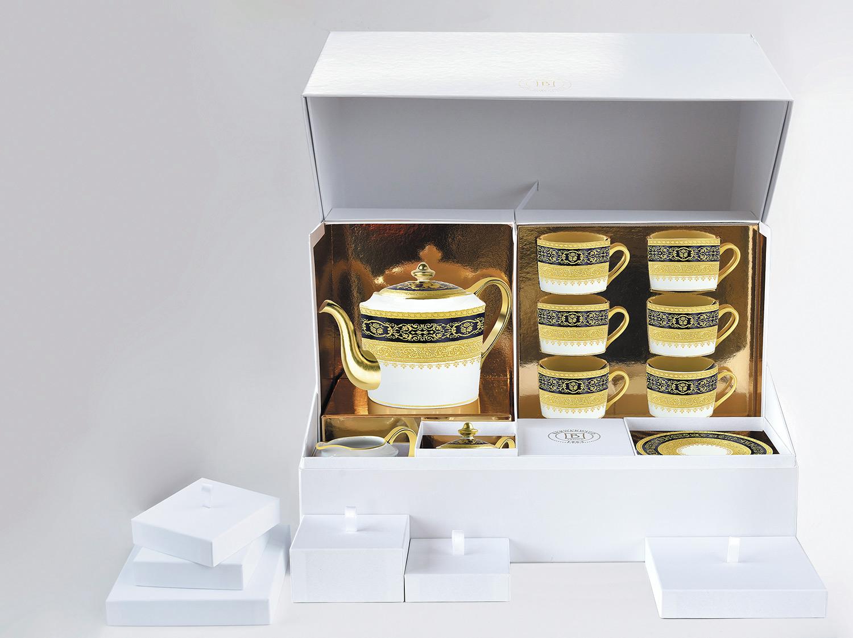 Grand coffret service à thé (théière, crémier, sucrier, 6 tasses et soucoupes thé) en porcelaine de la collection BEAUGENCY bleu de four Bernardaud