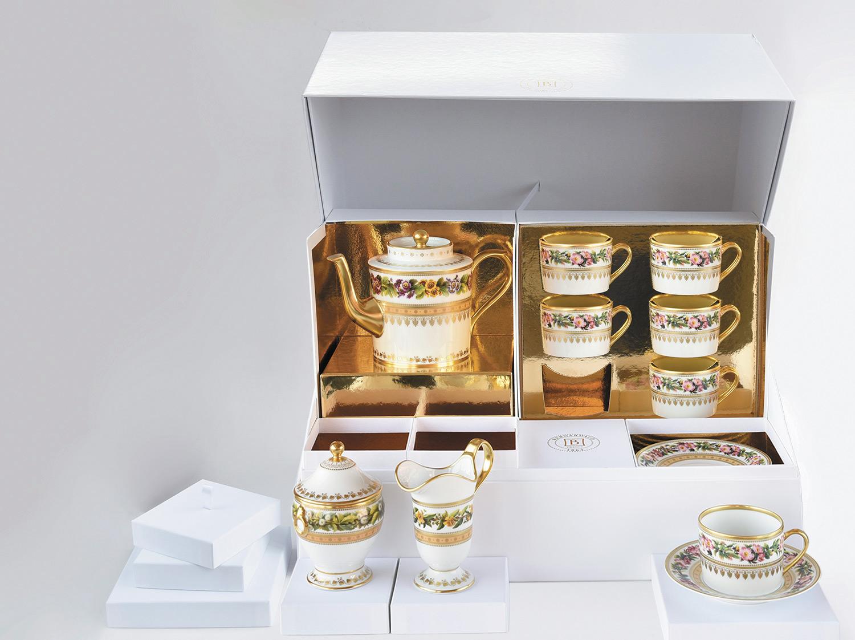 Grand coffret service à thé (théière, crémier, sucrier, 6 tasses et soucoupes thé) en porcelaine de la collection Botanique Bernardaud