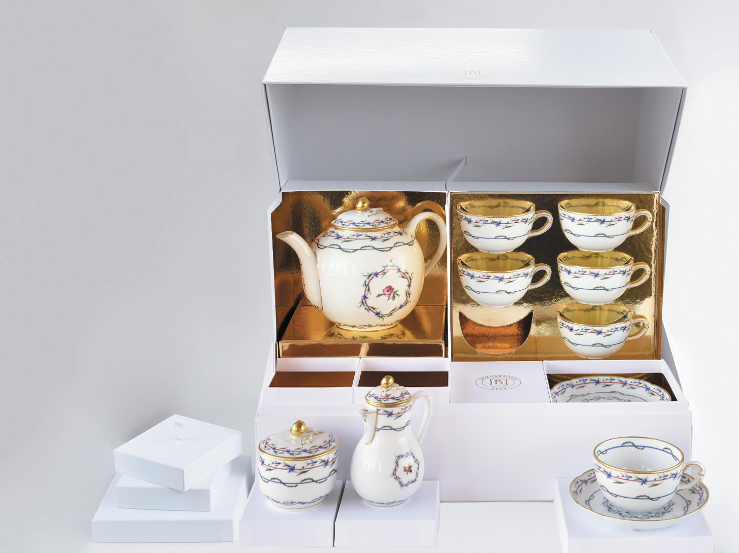 China Large tea gift case (teapot, creamer, sugar bowl, 6 tea cups and saucers) of the collection Gobelet du roy | Bernardaud