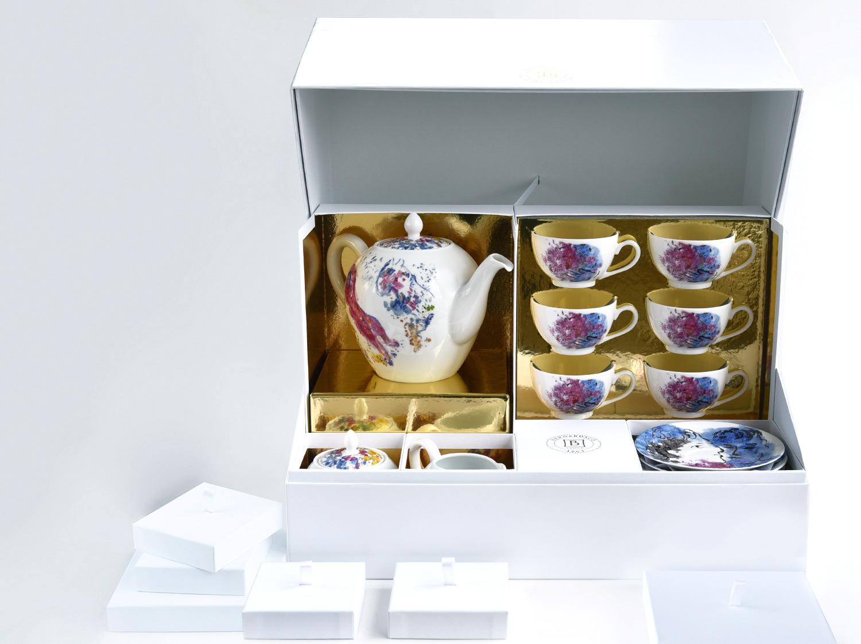 Grand coffret service à thé (théière, crémier, sucrier, 6 tasses et soucoupes thé) en porcelaine de la collection LES BOUQUETS DE FLEURS DE  MARC CHAGALL Bernardaud