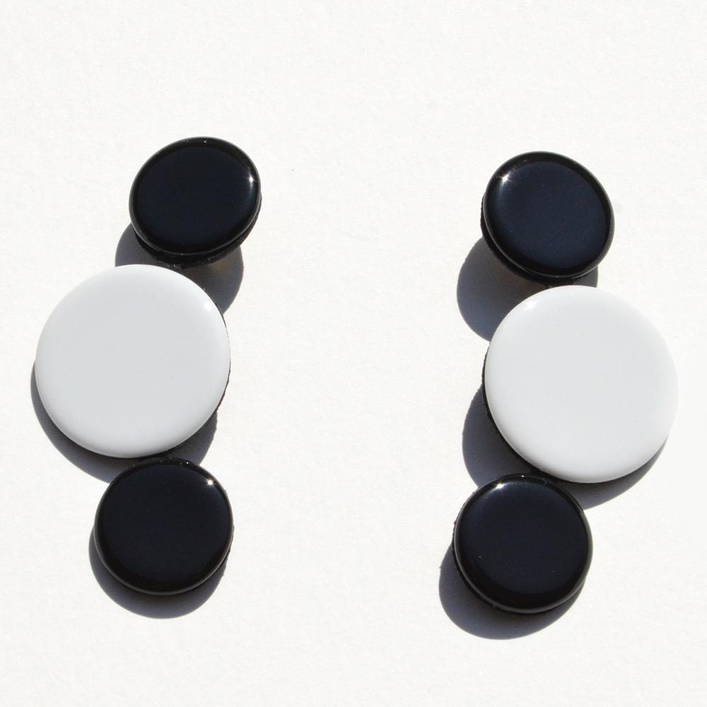 Boucles d'oreilles Disque Noir et Blanc en porcelaine de la collection Be Bold Over Bernardaud