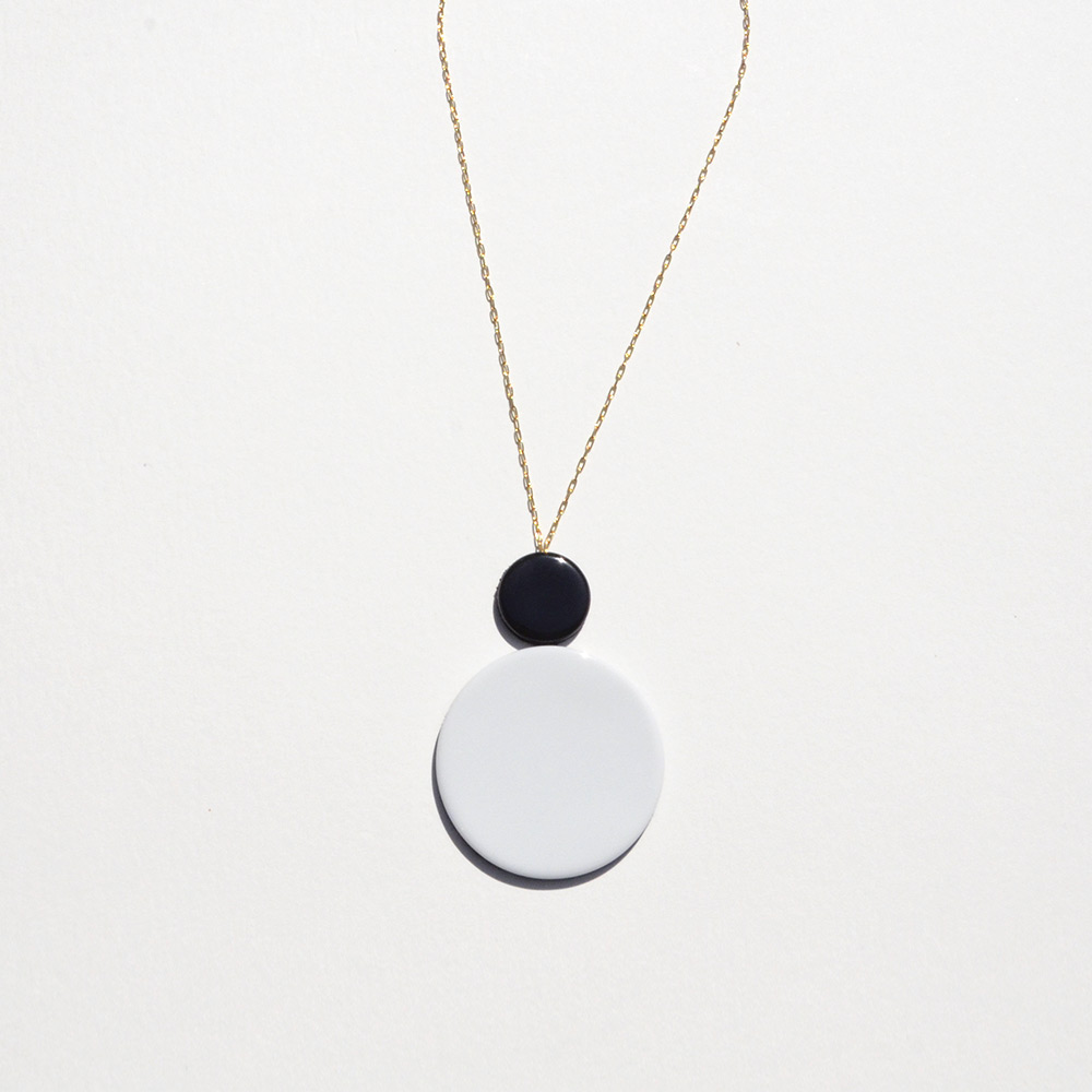 Pendentif court Disque Noir et Blanc en porcelaine de la collection Be Bold Over Bernardaud