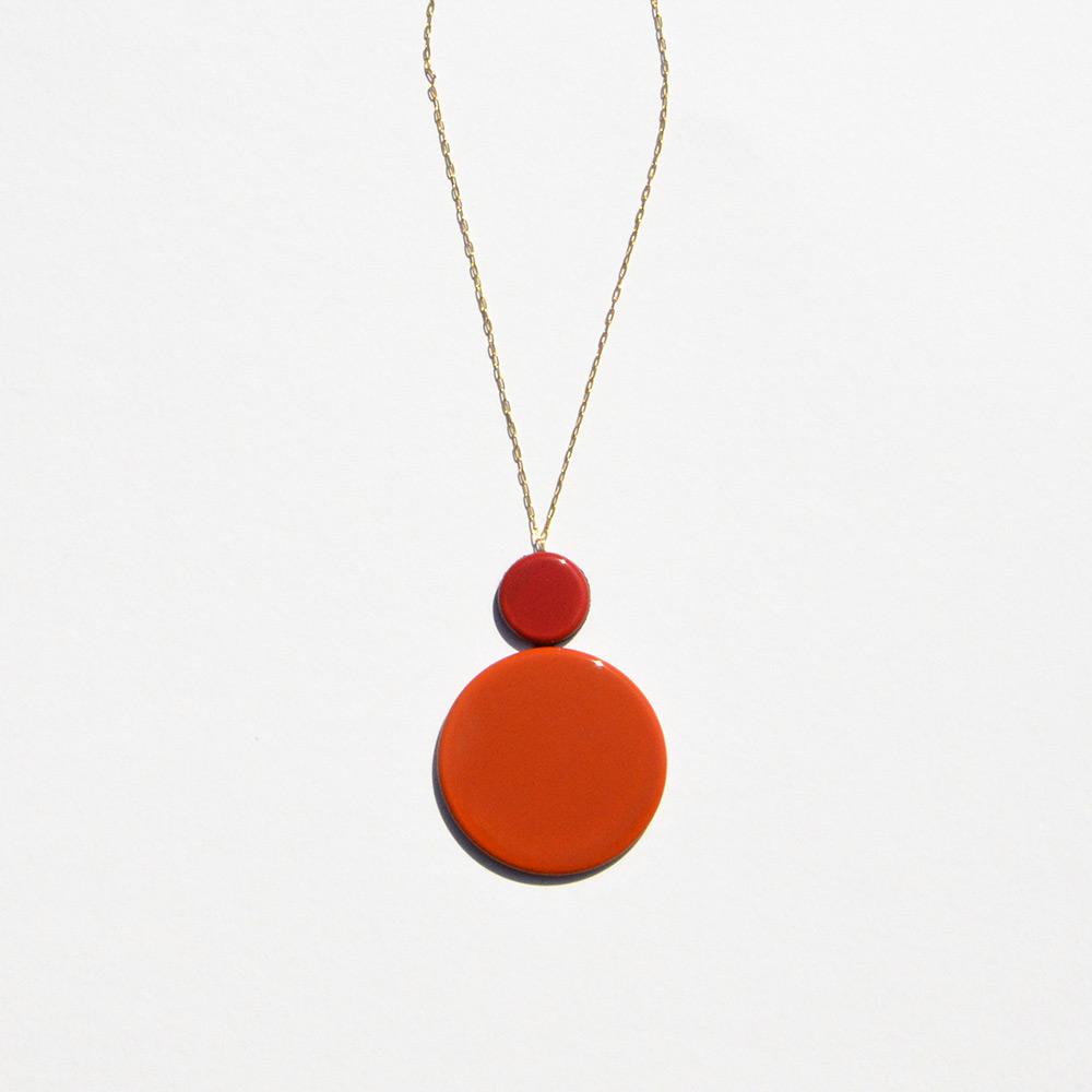 Pendentif court Disque Rouge et Orange en porcelaine de la collection Be Bold Over Bernardaud