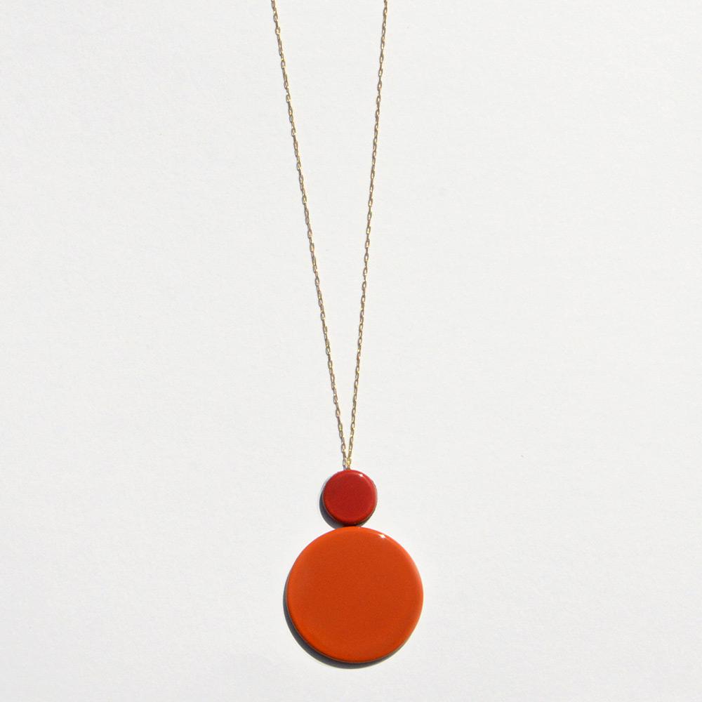 Pendentif long Disque Rouge et Orange en porcelaine de la collection Be Bold Over Bernardaud
