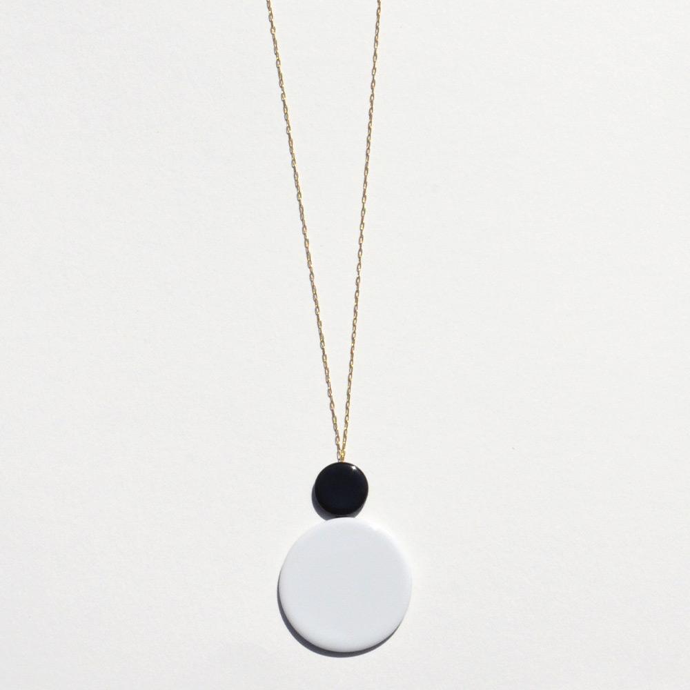 Pendentif long Disque Noir et Blanc en porcelaine de la collection Be Bold Over Bernardaud