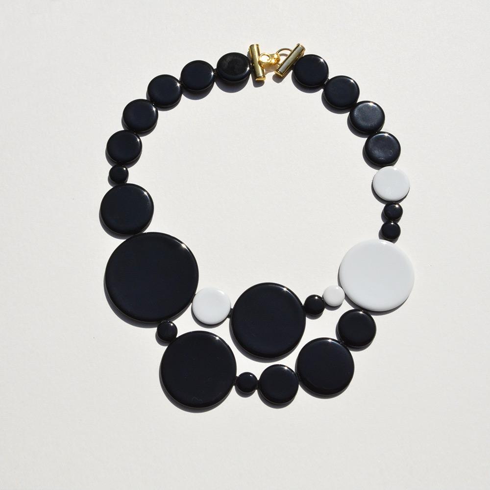 Petit Plastron Disque Noir et Blanc en porcelaine de la collection Be Bold Over Bernardaud