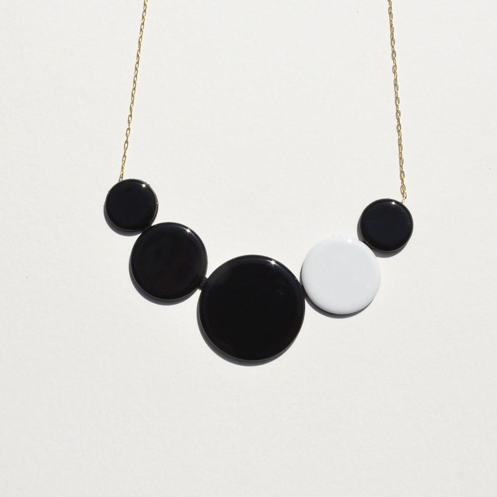 Ras du cou Disque Noir et Blanc en porcelaine de la collection Be Bold Over Bernardaud