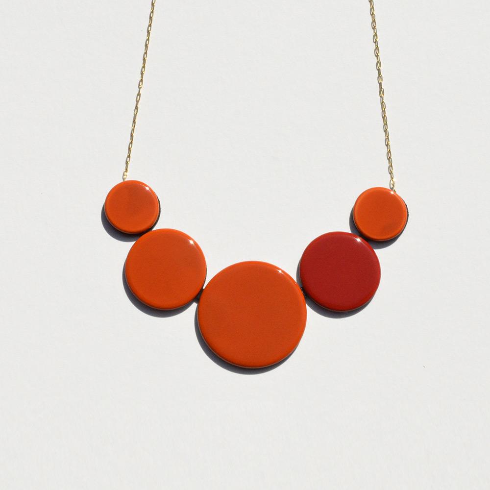 Ras du cou Disque Rouge et Orange en porcelaine de la collection Be Bold Over Bernardaud
