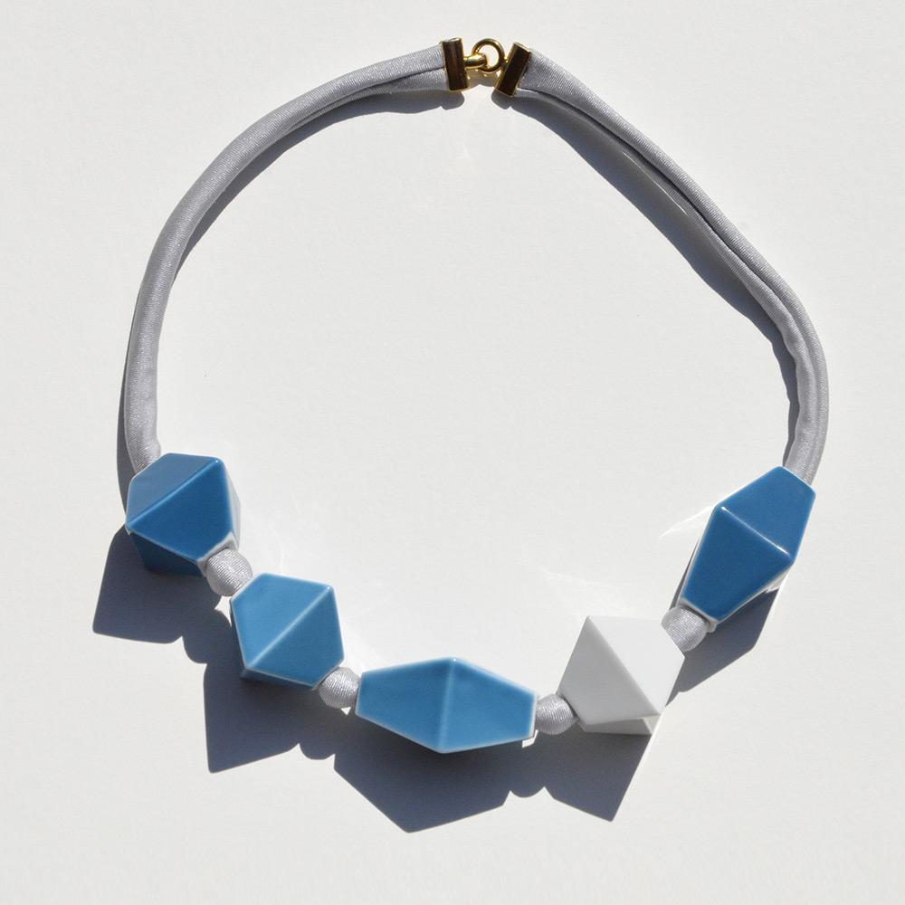 Ras du cou Perles Bleu et Blanc en porcelaine de la collection Be Bold Over Bernardaud