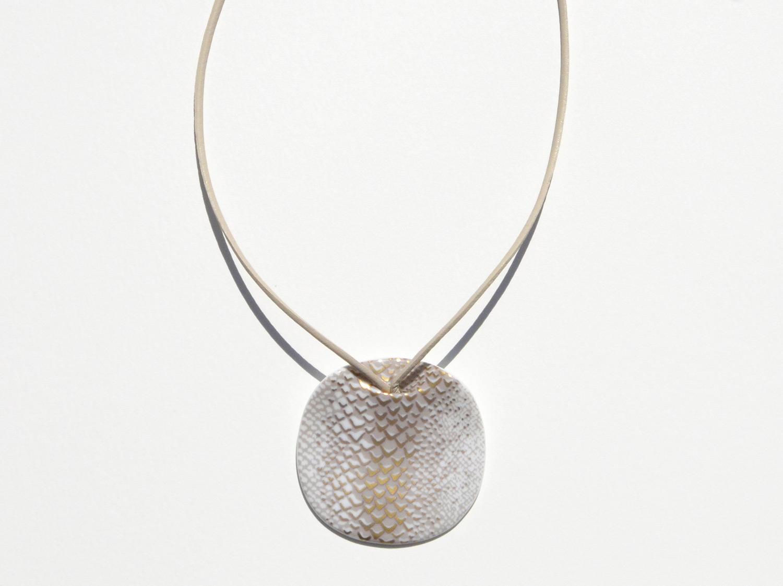 Pendentif Long Ladon Beige en porcelaine de la collection LADON BEIGE Bernardaud