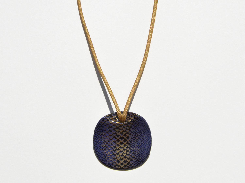 Pendentif Long Ladon Bleu en porcelaine de la collection LADON BLEU Bernardaud